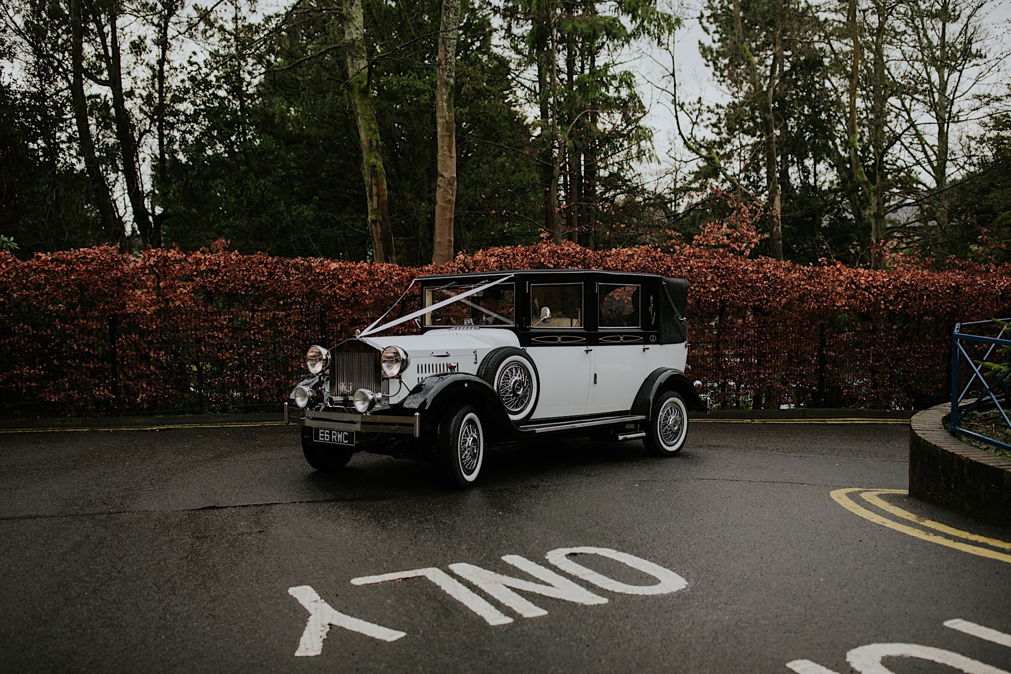 bride arriving at the church in a 1920s wedding car